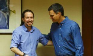 Pablo Iglesias y Pedro Sánchez en julio de 2017, en una reunión en...