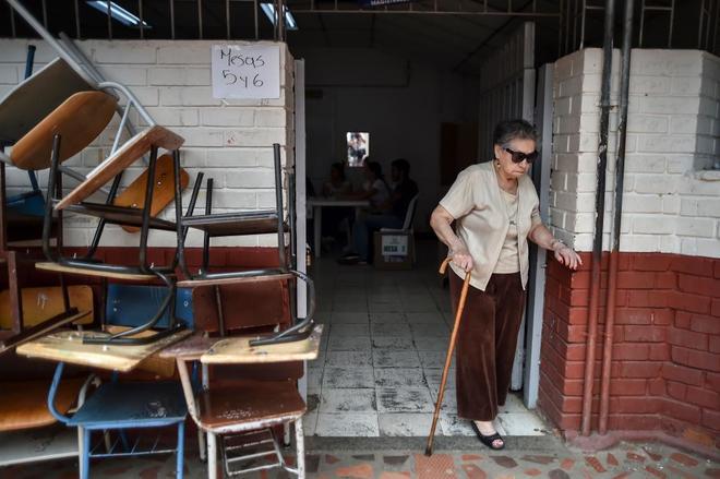 Una mujer en un colegio electoral de Cali, en el Valle del Cauca.