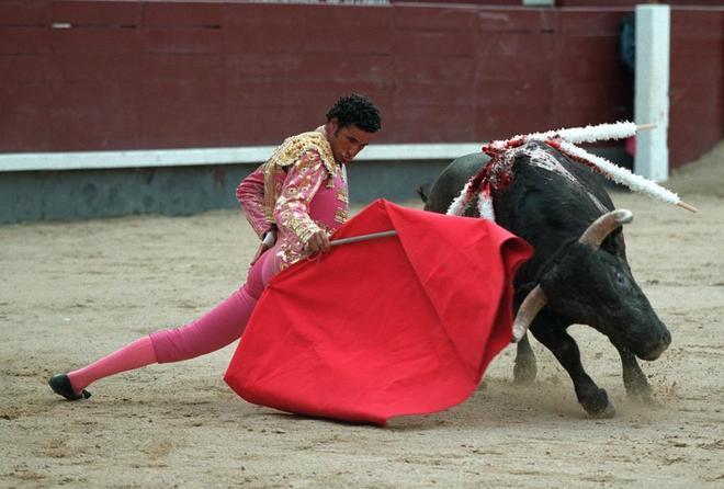 Óscar Higares inicia por bajo una faena en Las Ventas en 2007.