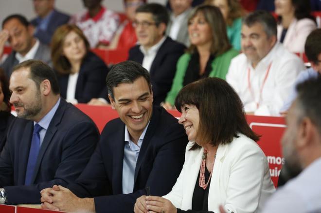 El secretario general del PSOE, Pedro Sánchez, junto a Cristina Narbona y José Luis Ábalos