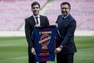 Sergi Roberto y el presidente Bartomeu, en la firma de renovación del primero el pasado febrero.