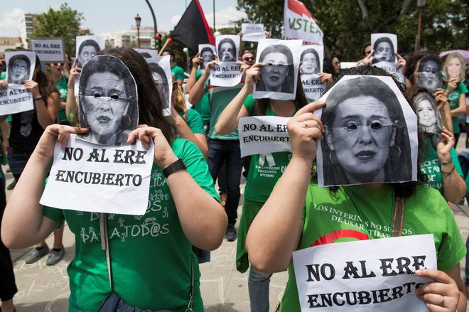Profesores se manifiestan este lunes en Sevilla en defensa de la estabilidad de los interinos con motivo de la inminente convocatoria de oposiciones.