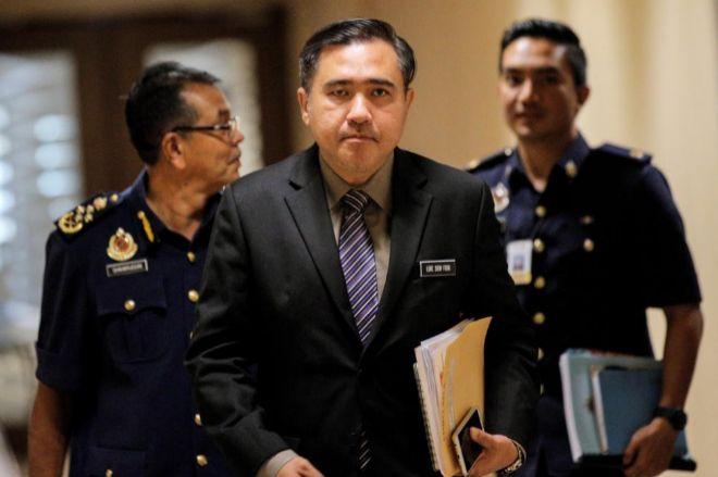 El nuevo ministro de Transporte malasio, Anthony Loke (c), en Putrajaya (Malasia).
