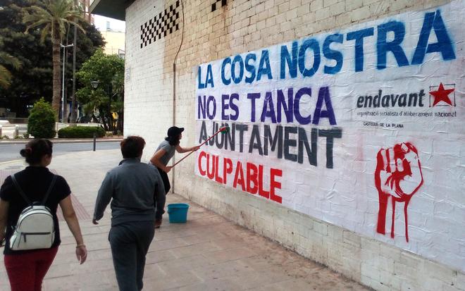 El colectivo Endavant ha replicado con una pintada-mural a la orden de cierre de La Cosa Nostra.