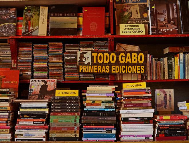 Estantes de las obras de Gabo, en la librería de la Torre del Reloj de Cartagena.