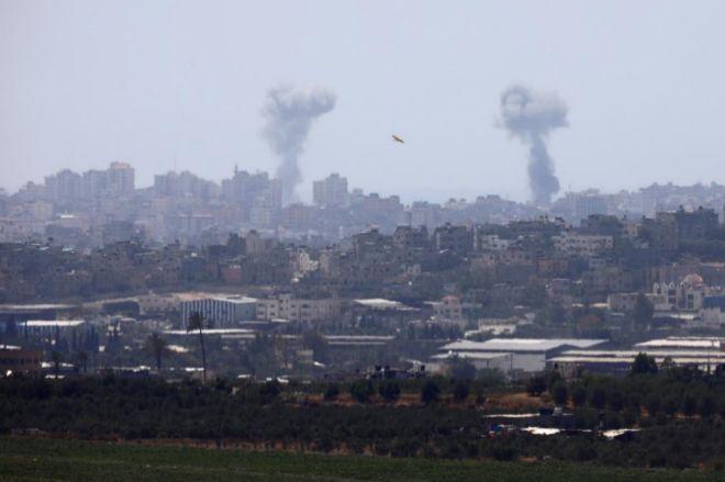 Columnas de humo se levantan tras el bombardeo israelí en la Franja de Gaza.