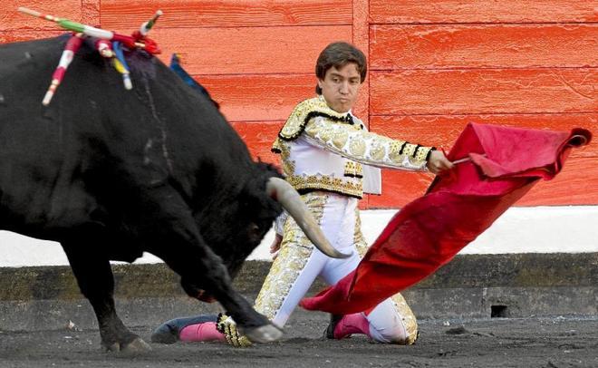 Antonio Barrera torea de rodillas en Bilbao, en 2007.