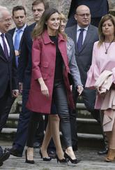 La Reina eligió un abrigo fucsia de neopreno, de corte trapecio y...
