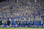 Los jugadores islandeses saludan a los aficionados durante la Eurocopa 2016.