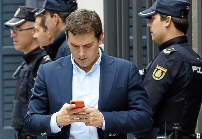 El presidente de Ciudadanos, Albert Rivera, consulta su móvil en el...