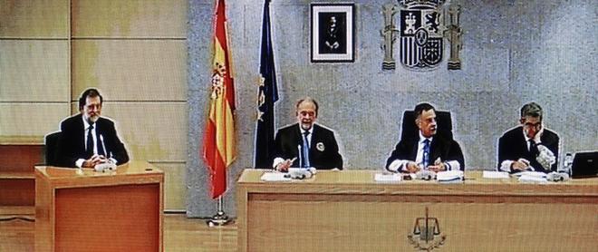 Ángel Hurtado (centro) y José Ricardo de Prada (izda) durante la declaración de Rajoy por Gürtel