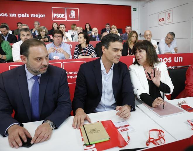 José Luis Ábalos, junto a Pedro Sánchez y Cristina Narbona en el...