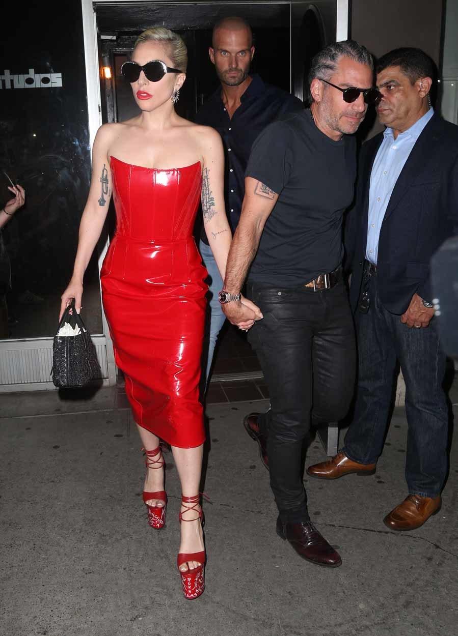 En su última salida nocturna eligió un vestido de vinilo rojo y...