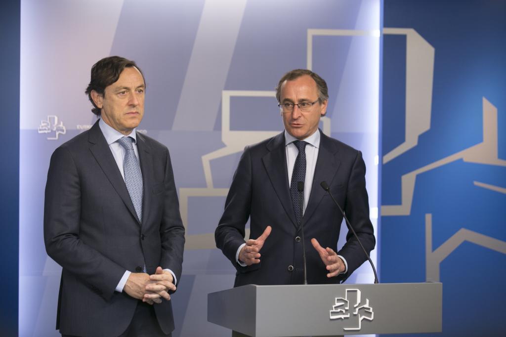 Rafael Hernando y Alfonso Alonso, durante una comparecencia conjunta en el Parlamento Vasco.