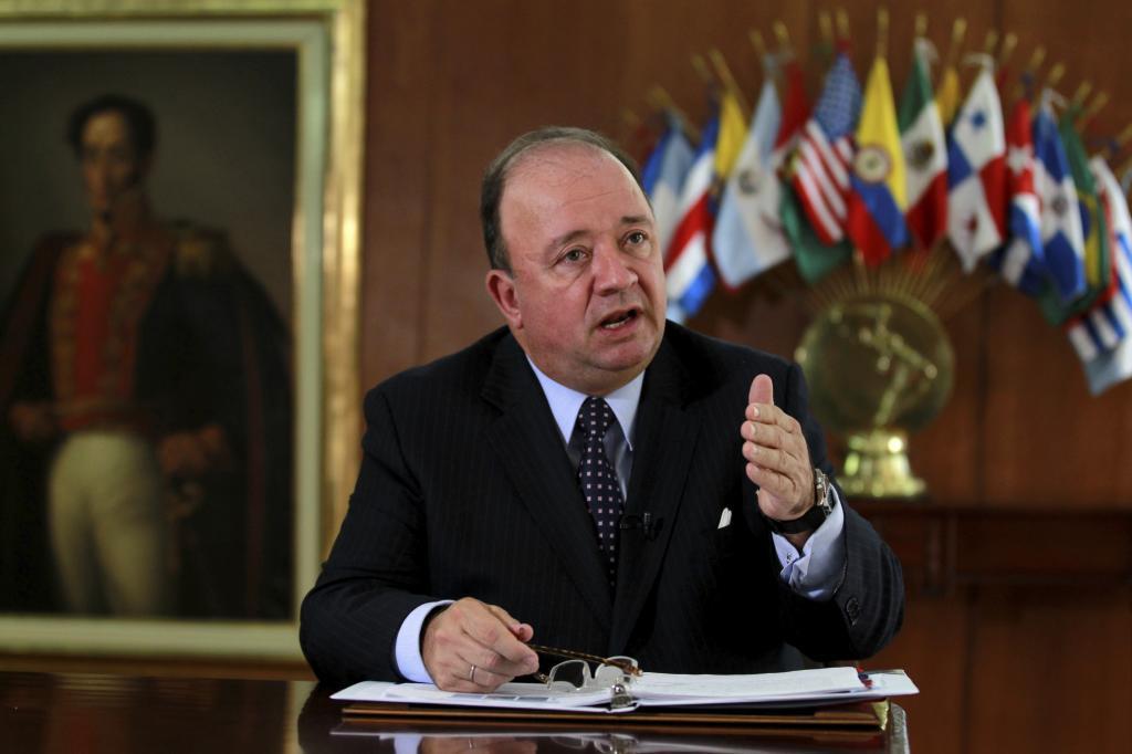El ministro de Defensa de Colombia, Luis Carlos Villegas, durante una reunión en Bogotá.