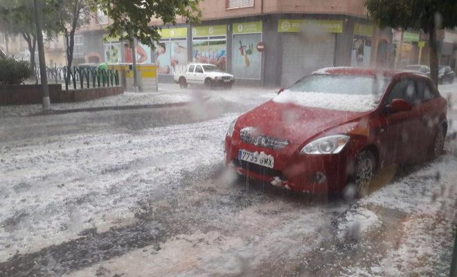 Un coche cubierto de granizo, este miércoles en Onda.