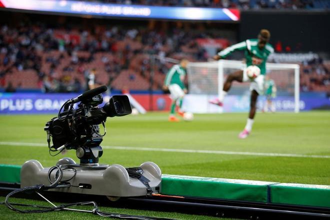 Una cámara de televisión en el estadio Parque de los Príncipes de...