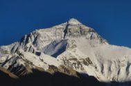El Everest  (8.848 m) en un día soleado.