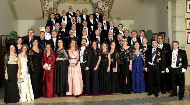 Foto de familia de la Orden de Carlos V. Empezando por la fila de arriba, Ivo es el primero a la derecha en la cuarta fila.