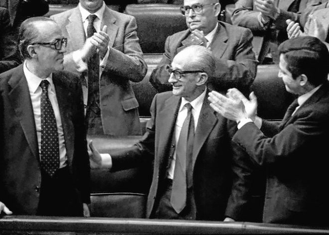 Adolfo Suárez aplaude a Leopoldo Calvo Sotelo al ser nombrado...