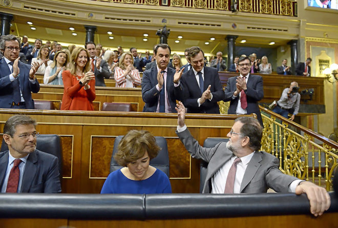 La bancada popular aplaude al presidente del Gobierno, Mariano Rajoy, durante la sesión de control