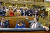 La bancada popular aplaude al presidente del Gobierno, Mariano Rajoy,...