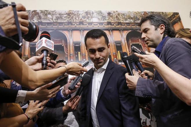 El líder del Movimiento Cinco Estrellas (M5S), Luigi Di Maio, rodeado de periodistas.