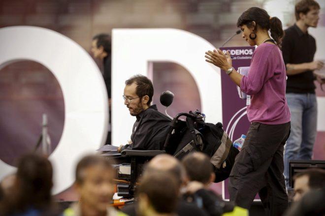 Teresa Rodríguez aplaude a Echenique durante la asamblea de Vistalegre de 2014.