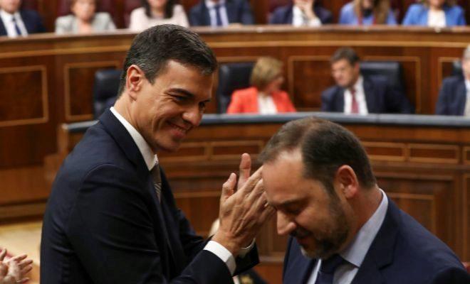 Pedro Sánchez aplaude a José Luis Ábalos en el Congreso.