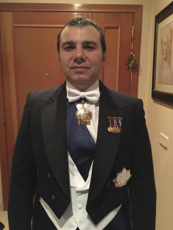 Ivo 'El Búlgaro', vestido de gala como caballero de la Imperial Orden Hispánica de Carlos V.
