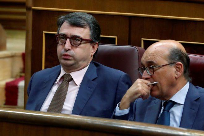 El portavoz del PNV, Aitor Esteban, y el diputado Mikel Legarda, ayer,...