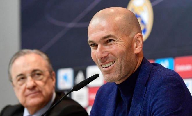 Florentino observa a Zidane durante el anuncio de su renuncia.