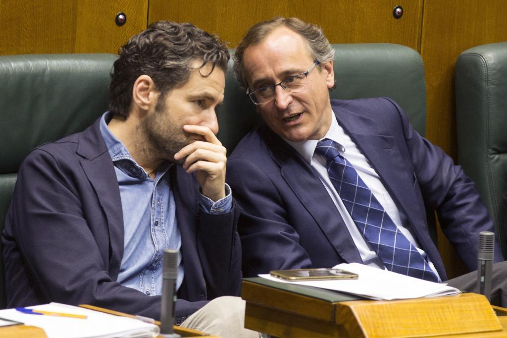 Borja Sémper escucha al presidente del PP Alfonso Alonso.