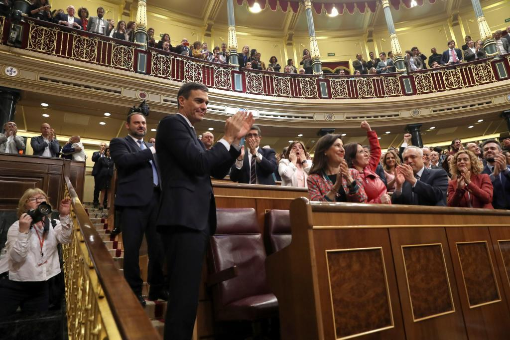 El líder socialista, Pedro Sánchez, es aplaudido por toda la bancada...