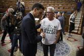Pedro Sánchez saluda en el Congreso, ya como presidente del Gobierno,...