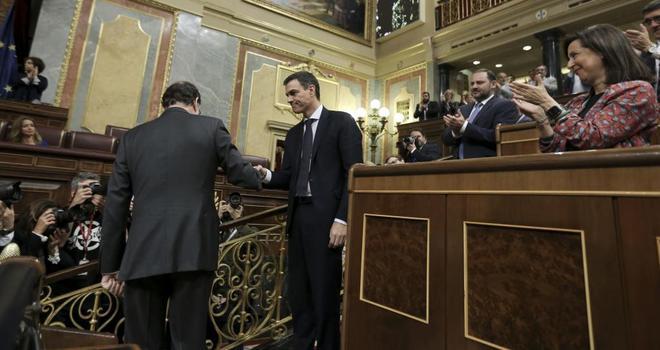 Mariano Rajoy y Pedro Sánchez se estrechan la mano al término de la...