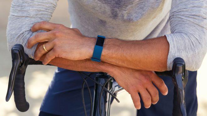 Un hombre con una pulsera de actividad Fitbit Charge 2