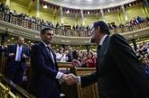 Pedro Sánchez estrecha la mano de Mariano Rajoy tras el triunfo de su...