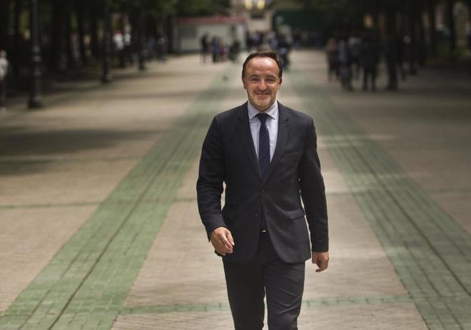 Javier Esparza, frente al Parlamento de Navarra.