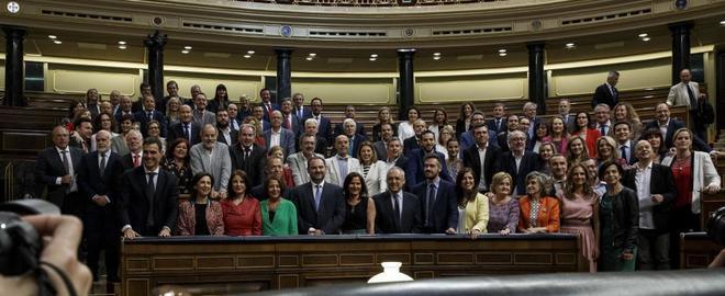 Pedro Sánchez posa con los diputados socialistas al término del...