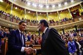 Pedro Sánchez estrecha la mano de Mariano Rajoy tras el debate de la...
