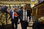El presidente del Gobierno, Pedro Sánchez, mira a la bancada socialista, en el Congreso.