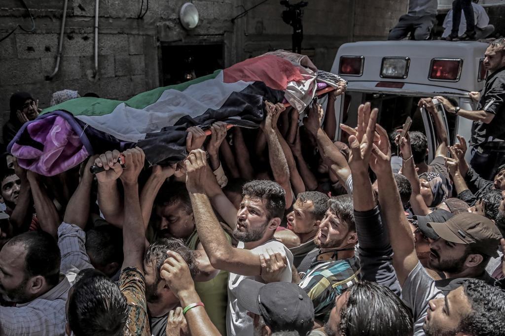 Masivo funeral por la enfermera palestina muerta en Gaza.