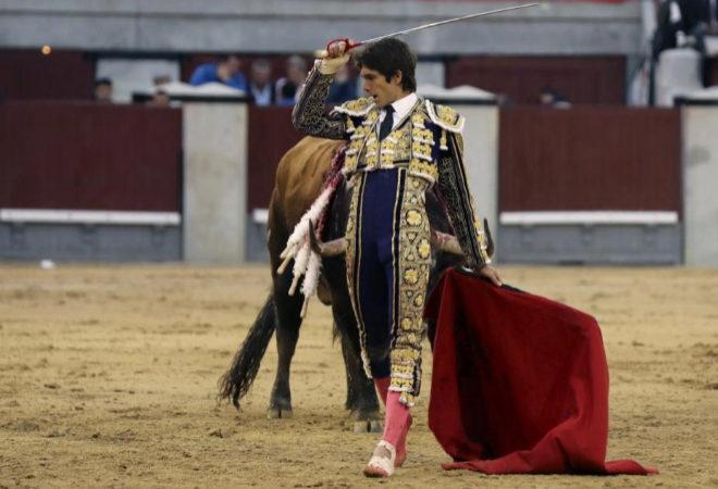 Castella cortó dos orejas del quinto y abrió la Puerta Grande tras sobreponerse a una brutal cogida