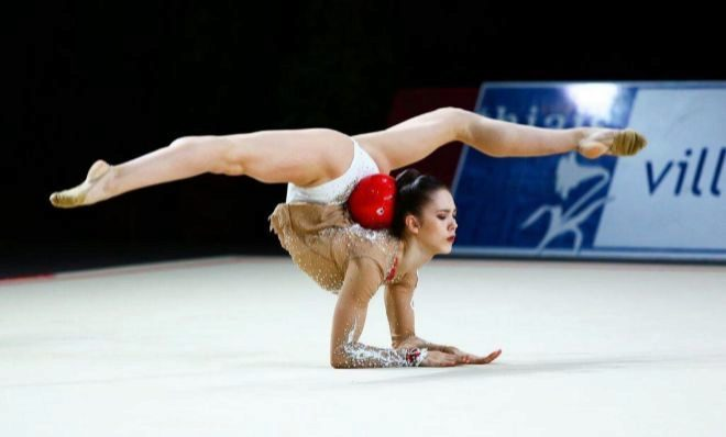 La gimnasta Polina Berezina durante un ejercicio.