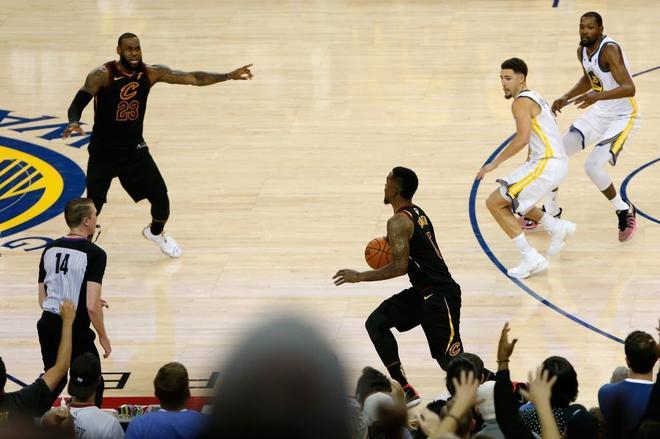 LeBron avisa a JR Smith, mientras se aleja de la canasta, durante el primer partido de las Finales,