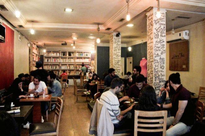 Jóvenes conversan en el café Liber'Thé, en Túnez.