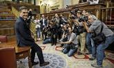Pedro Sánchez posa para los fotógrafos tras ganar la votación de la...
