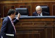 El portavoz del PNV en el Congreso, Aitor Esteban, pasa delante del escaño de Cristóbal Montoro durante el Pleno de los Presupuestos.