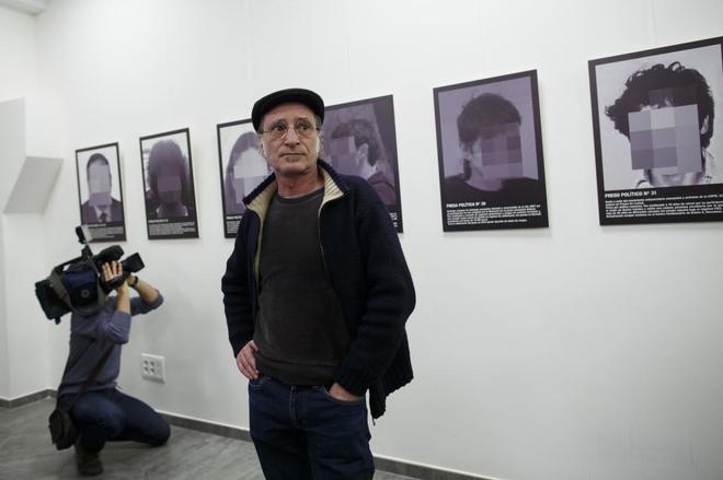 Santiago Sierra, delante de su exposición que fue retirada de ARCO.